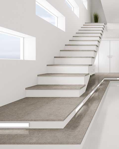 Weiße Treppe mit grauen Marmorfliesen