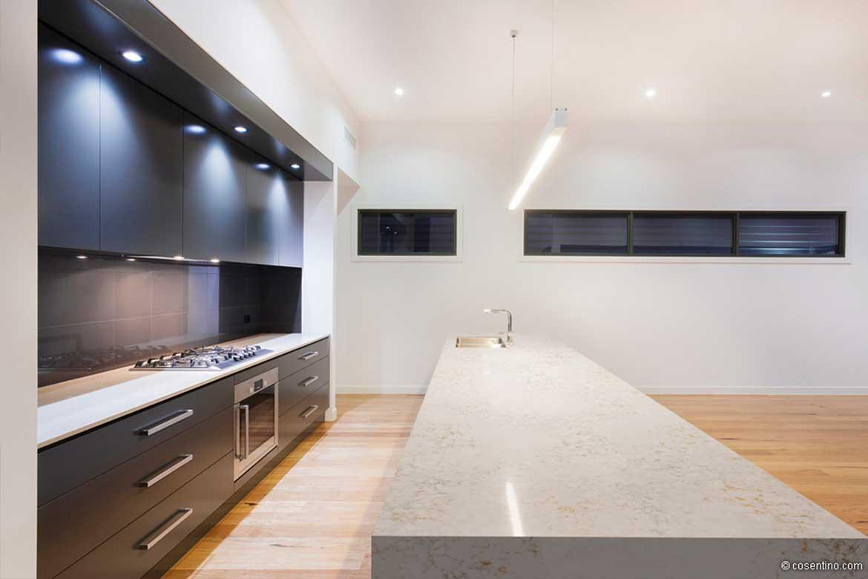 dunkle Glasrückwand bei einer Küche von Valente