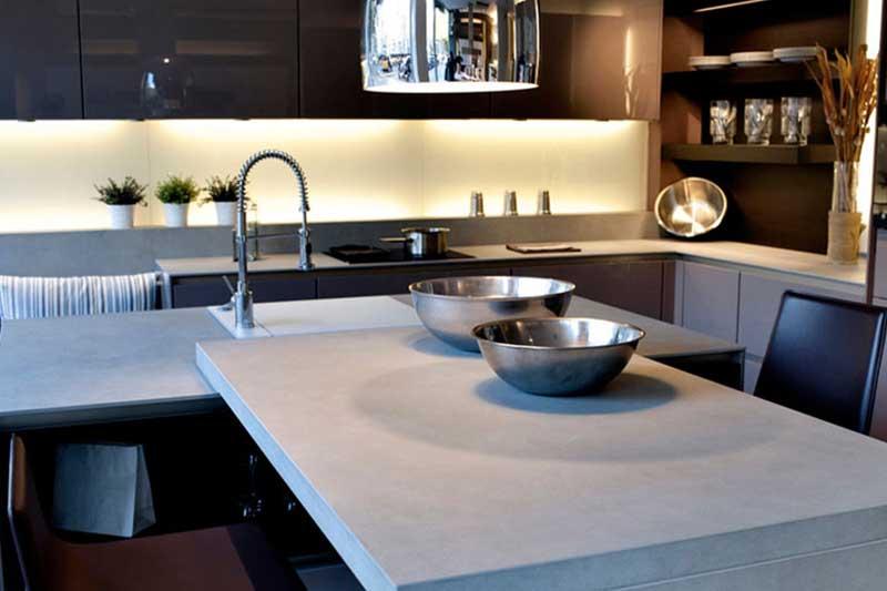 Helle Glasrückwand mit Lichteffekten in einer dunklen Küche