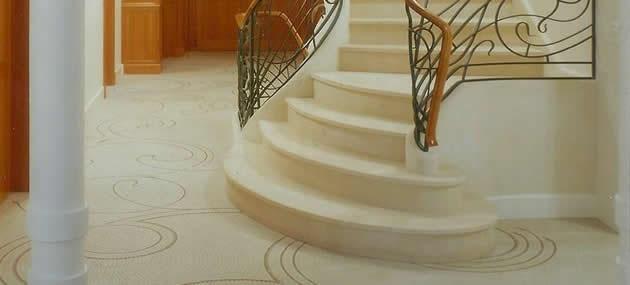 Beige Treppenstufen aus Marmor