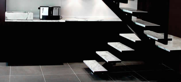 Weiße Treppenstufen aus Marmor
