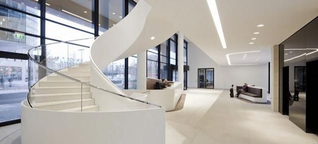 Weiße Treppe mit Glasgeländer