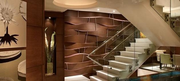 weiße Treppe im Eingangsbereich
