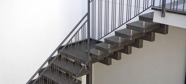 Treppe aus dunklen Quarz Stufen