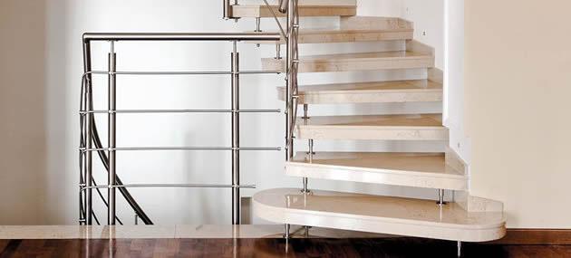 Treppe aus hellen Quarz Stufen