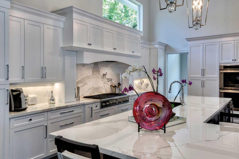 Weiße Küche aus Keramikplatten der Marke NEOLITH Estatuario von Valente