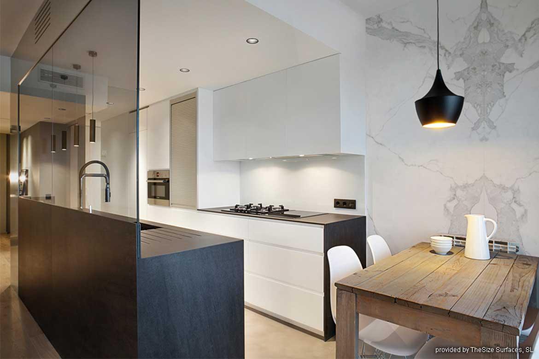 Kontraststarke Küche aus dunklen und hellen Oberflächen