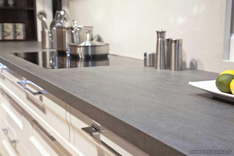 Graue Küchenarbeitsplatte