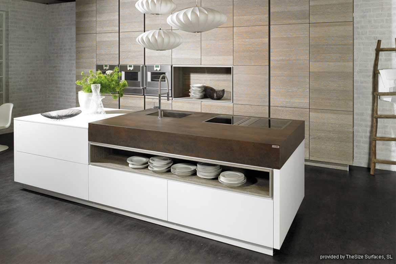 Edle Küche mit weißen Küchenschranken und brauner Arbeitsplatte von Valente