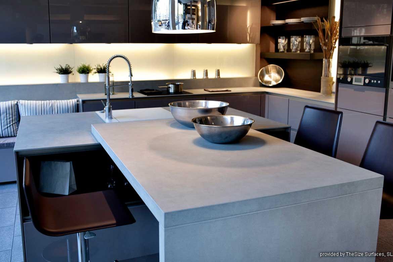 Küche aus hellgrauem Steinmaterial