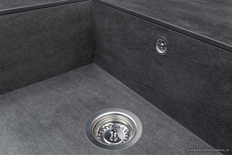 Abwaschbecken aus dunklen Granitplatten