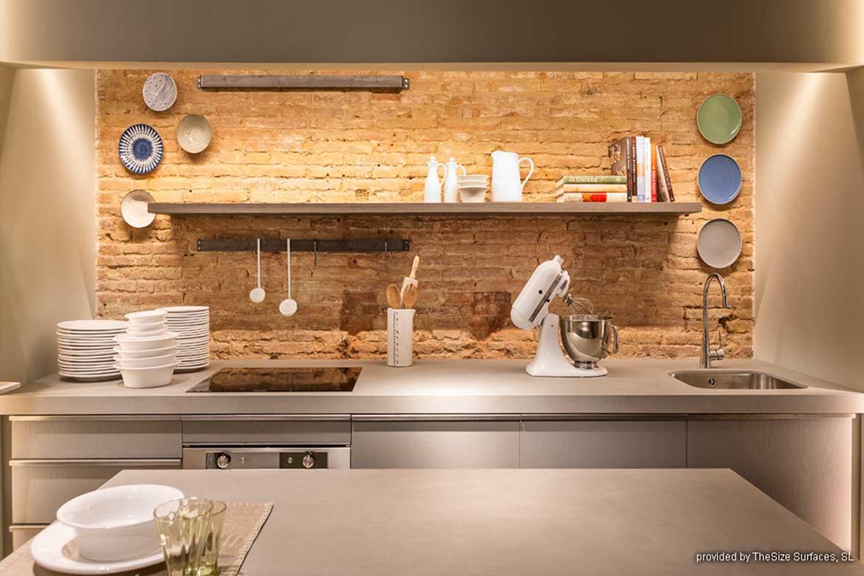 Helle Küchenarbeitsplatte von Valente mit Steinwand im Hintergrund