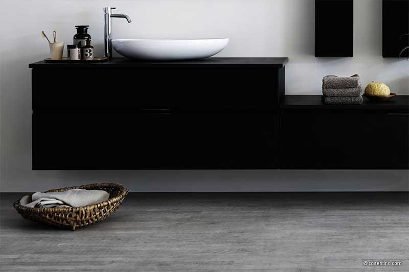 Schwarze Badezimmerschränke mit grauem Steinboden