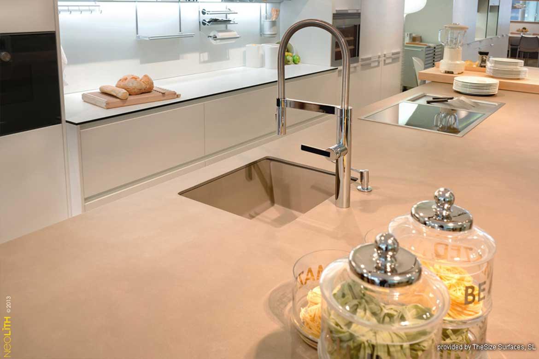 Helle Küche von Valente mit hochwertigem Stein-Material