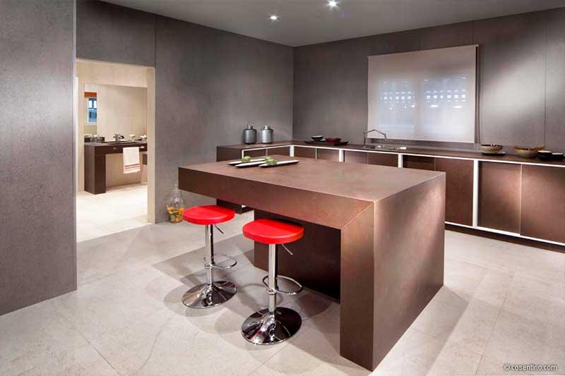 Braune Küche aus Dekton Cosentino mit roten Barhockern