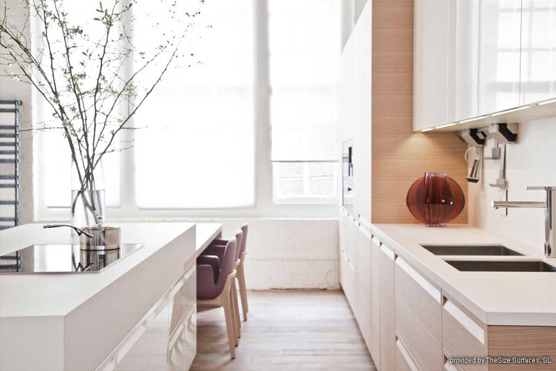Weiße gemütliche Küche mit Dekoartikeln von Valente