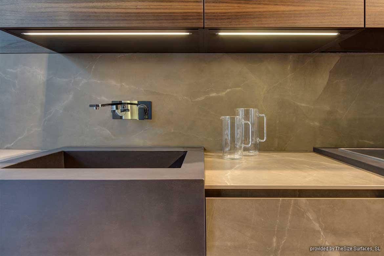 Beige/Braune Küchenarbeitsplatte aus hochwertigem Steinmaterial von Valente
