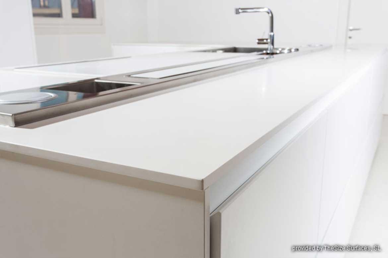 Weiße Küchenarbeitsplatte