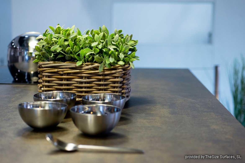Küchenarbeitsplatte in Braun von Valente mit einer Pflanze und Schüsseln drauf