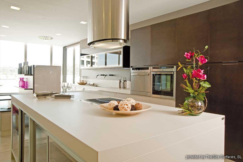 Weiße Küchenarbeitsplatte mit Kochinsel von Valente