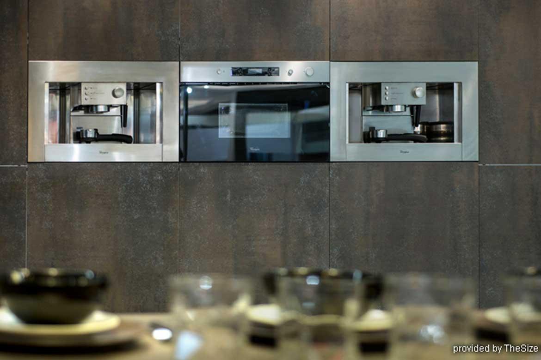 Küchenschrank in hochwertigem braunen Granitplatten von Valente