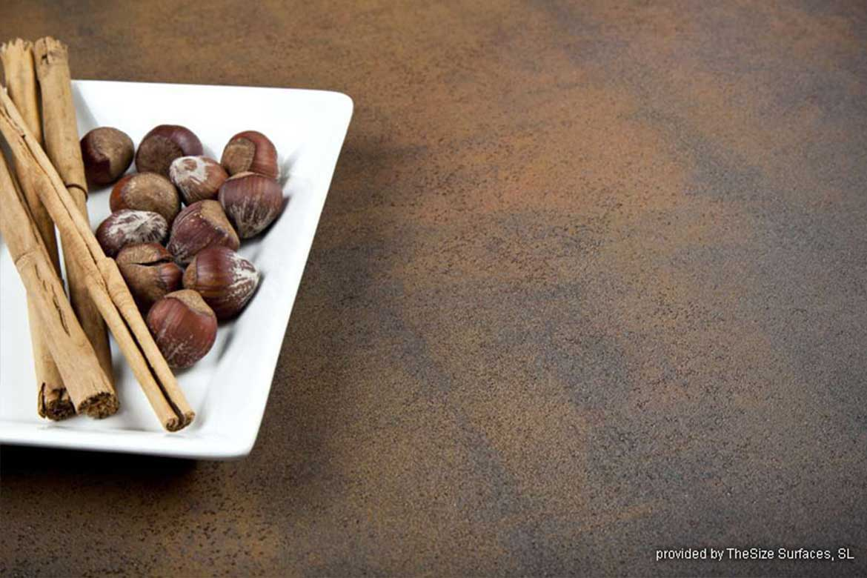 Nahaufnahme einer rostfarbenen Küchenarbeitsplatte mit Metalloptik aus hochwertigem Gestein