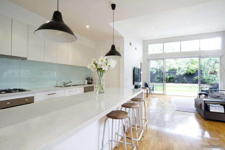 Weiße Küchenarbeitsplatte aus Dekton mit Barbereich von Cosentino