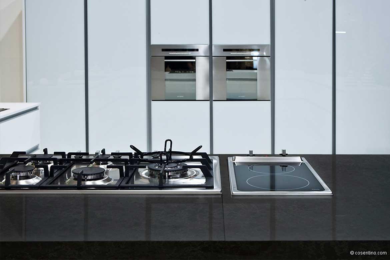Schwarze Küchenarbeitsplatte aus Dekton mit Herd von Valente