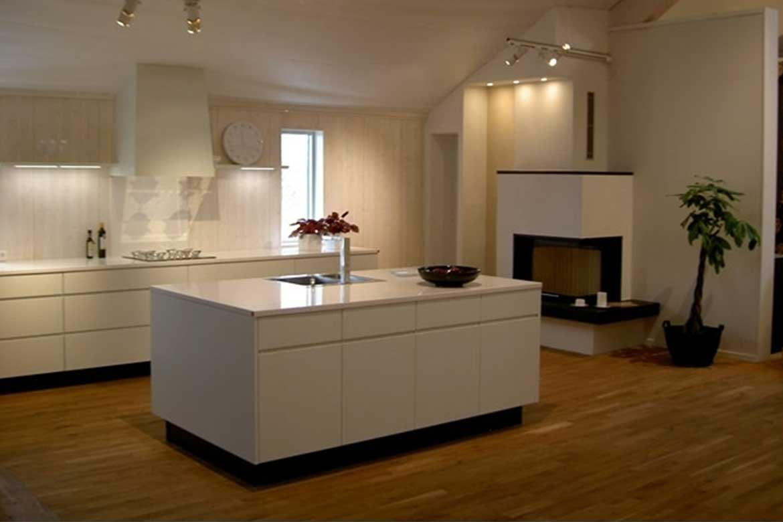 Weiße Küche mit offenem Wohnbereich