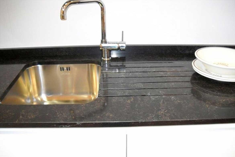 Schwarze Küchenarbeitsplatte mit Abtropfbereich
