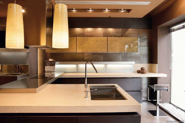Edle Küche mit einem Kontrast von Weiß Braunen Dekton Oberflächen von Cosentino