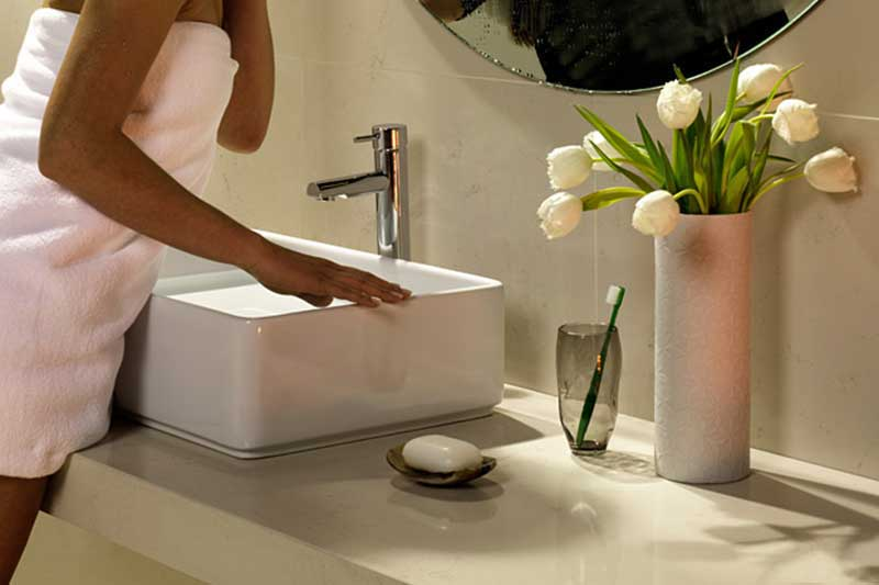 Weißes Waschbecken im Badezimmer