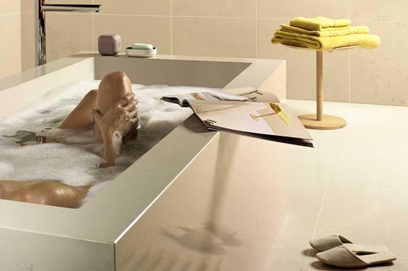 Weiße Badewanne aus hochwertigem Steinmaterial
