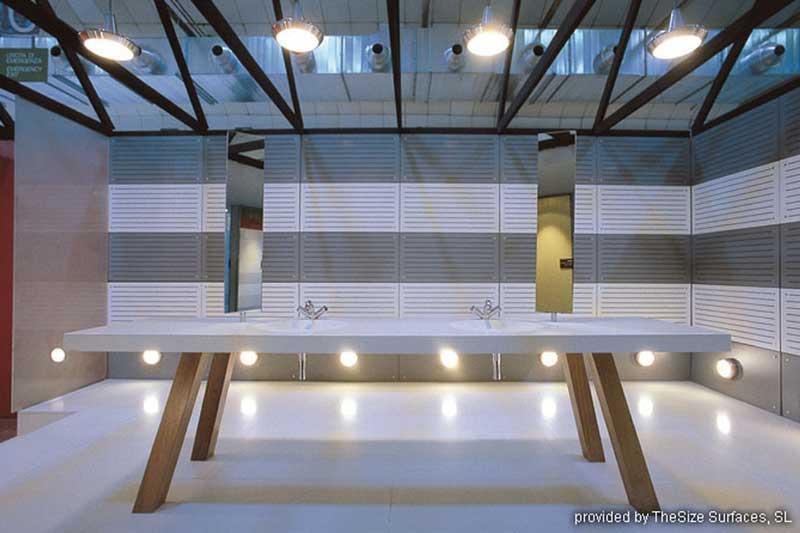 Designerbadezimmer aus hochwertigem Steinmaterial in weiß