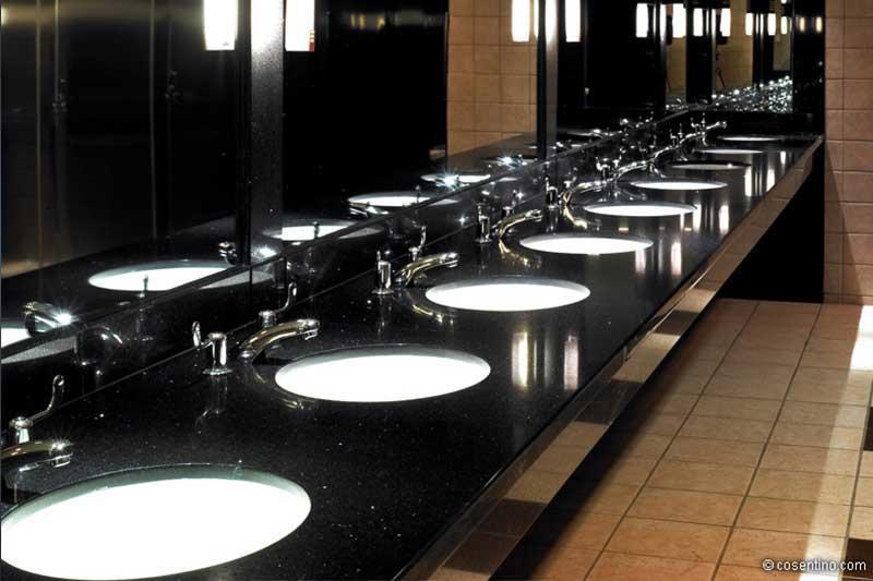 Öffentliches Badezimmer in schwarzen Dektonplatten