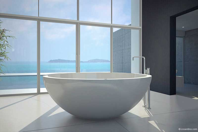 Runde Badewanne aus Dekton mit Ausblick auf das Meer - Cosentino