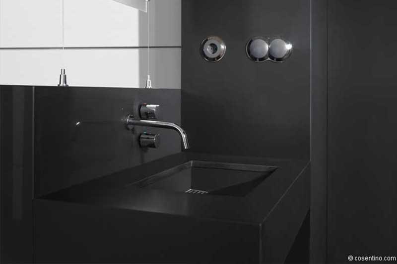 schwarzes Badezimmer mit hochwertigen Dektonplatten von Cosentino