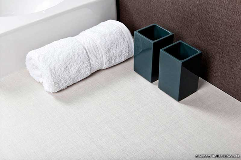 Helle Oberfläche eines Badschrankes
